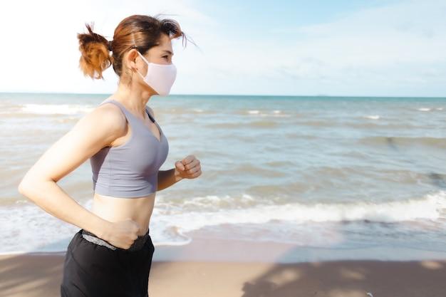Женщина, бег по пляжу утром теплого лета