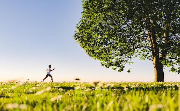 Женщина, бег по сельской дороге