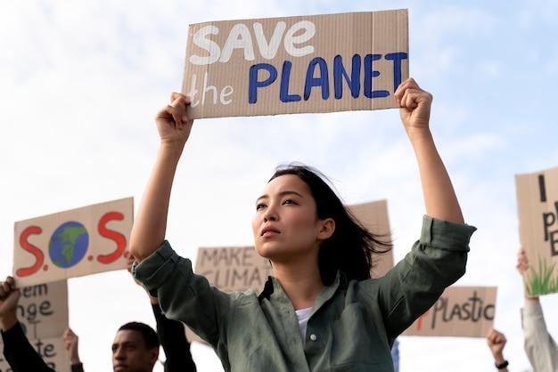 Donna che partecipa a una protesta per il riscaldamento globale