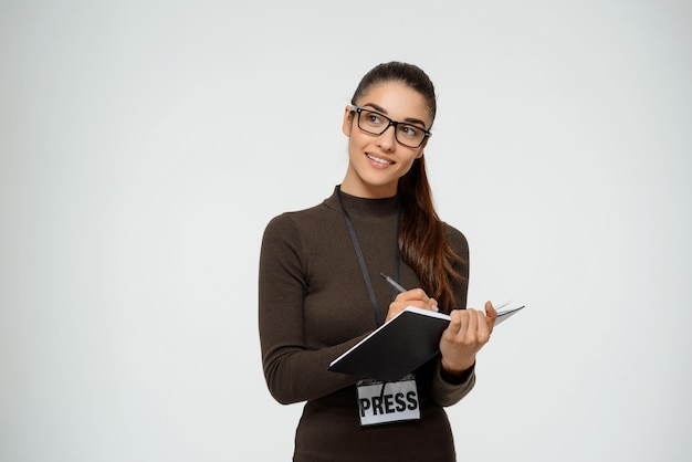 プレスリリースでインタビューを受ける女性ジャーナリスト