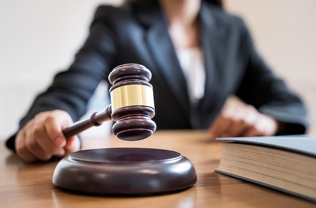 Женщина судья рука держит молоток, чтобы грохнуть на звучащий блок