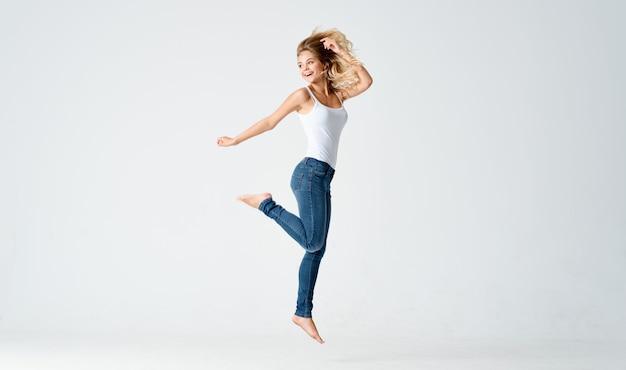 Женщина прыгает движение спортивной тренировки упражнения