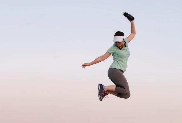 스포츠를하는 동안 점프하는 여자