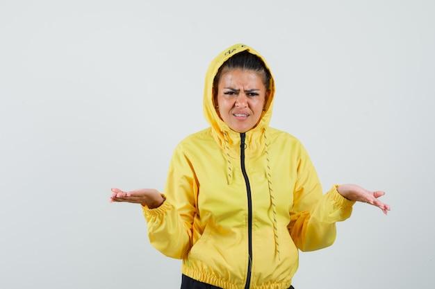 여자 스포츠 정장에 심문 방식에 손을 유지 하 고 의아해 찾고. 전면보기.