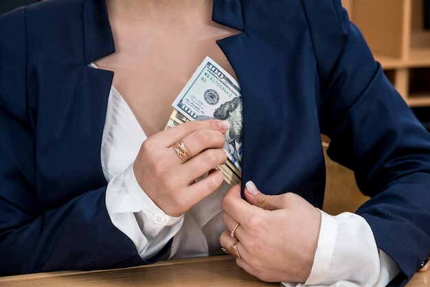 Женщина держит руки в долларах