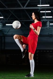 Женщина ногами футбольный мяч Бесплатные Фотографии