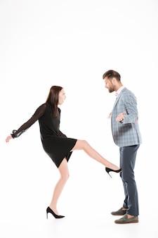 그녀의 남자 친구의 견과류를 발로하는 여자