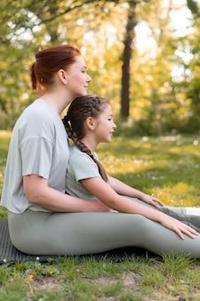 Donna e bambino seduti insieme