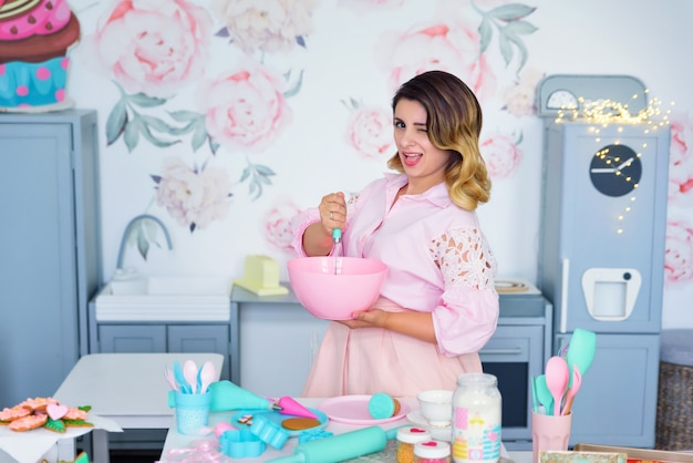 台所で生地をこねる女性