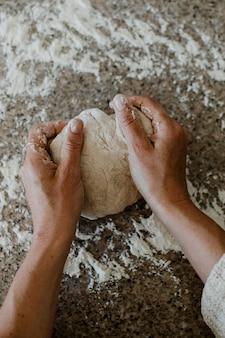 Женщина замешивает закваску на кухне