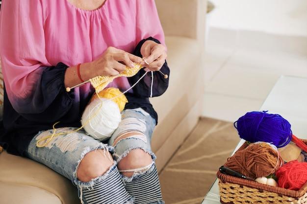 ウールスカーフを編む女性