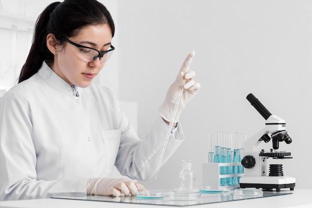 Donna in laboratorio facendo esperimenti