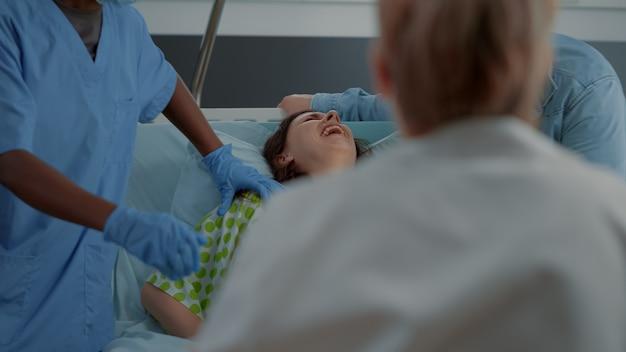 Donna in travaglio spinge per un parto doloroso