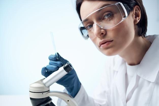 여성 실험실 보조 현미경 진단 연구 전문가 과학