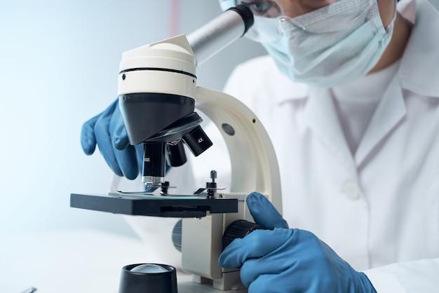 여성 실험실 조수 현미경 진단 연구 과학. 고품질 사진