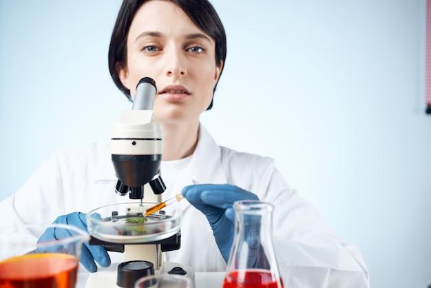 여성 실험실 조수 현미경 연구 진단 과학 작업