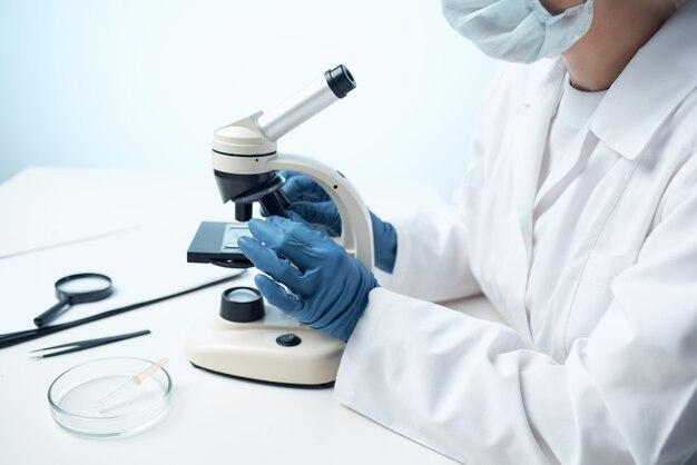 여성 실험실 보조 현미경 과학 기술 전문 연구