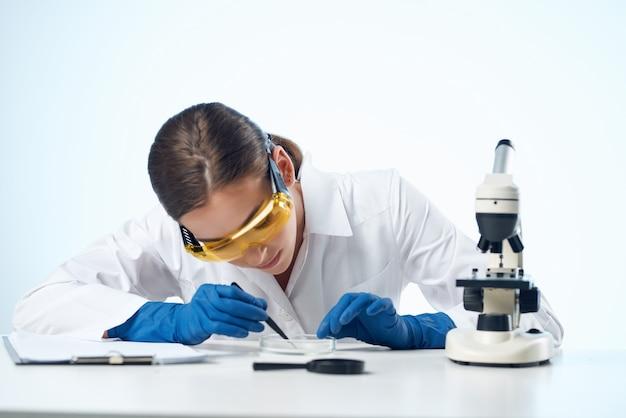 여성 실험실 조수 연구 현미경 진단 과학