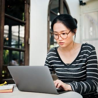 女性のラップトップブラウジング検索ソーシャルネットワーキング技術の概念