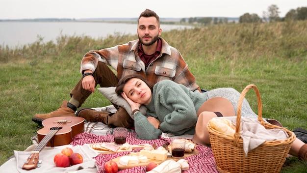 Donna che pone sulle ginocchia del ragazzo