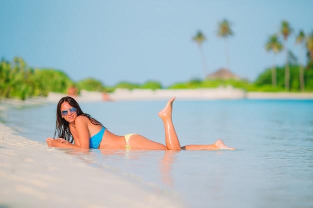 바다를보고 여름 휴가 즐기는 해변에 누워 여자