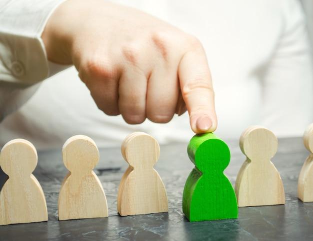 女性リーダーがチームの中の人を選びます。