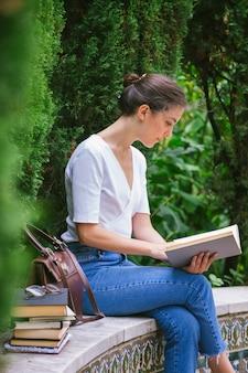 Женщина изучает литературу из книг