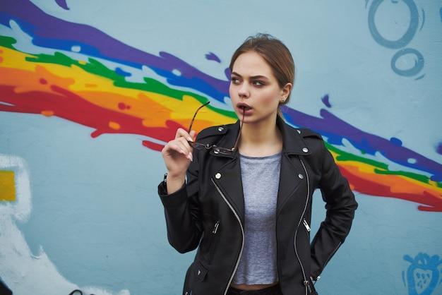벽 야외 패션 현대적인 스타일 근처 여자 가죽 재킷