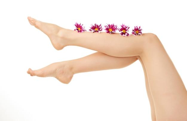 Нога женщины на белом фоне