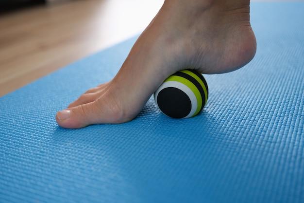 평평한 발 클로즈업의 예방 및 치료를 위한 여성 다리 롤링 스포츠 공