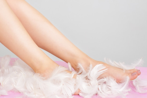 滑らかな肌を持つ羽で女性の足。