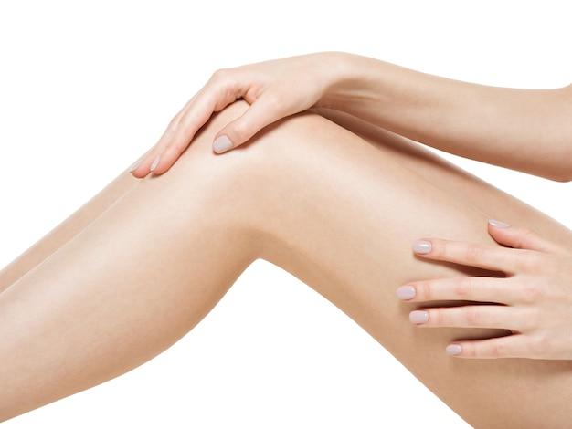 Ноги женщины, изолированные на белом фоне