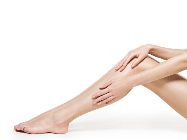 흰 벽에 고립 된 여자 다리