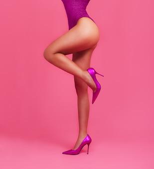 파스텔 핑크 색상에 여자 다리