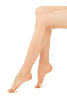 Ноги женщины на белом фоне