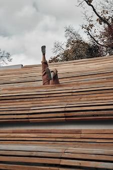 Ноги женщины торчат над деревянной скамейкой в городском парке. веселое времяпрепровождение в городе, отдых, развлечения.