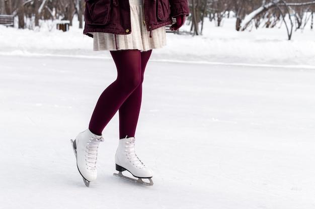 白い革のスケート靴を着ている女性の足