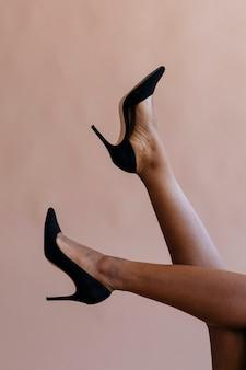 黒いかかとの社会的な広告テンプレートを持つ女性の足