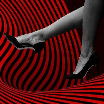 공중 사회 광고 모형에서 검은 발 뒤꿈치를 가진 여자 다리