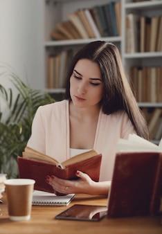 Donna in biblioteca