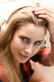 여자는 소파에 누워 음악을 듣는 꿈