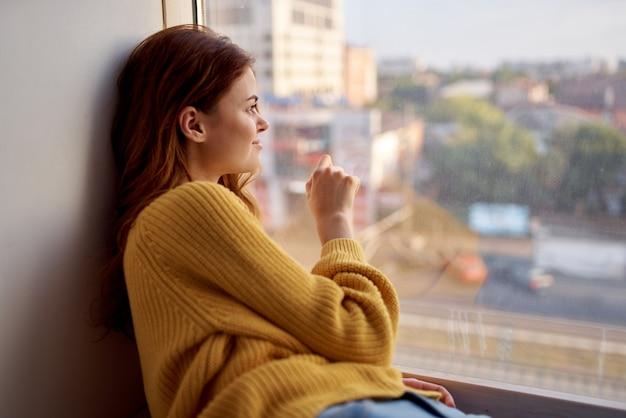 여자는 창턱 생활 방식에 거짓말