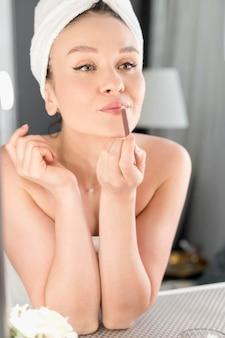 Карандаш для губ женщины