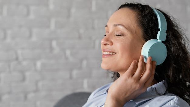 Donna che ascolta la musica da vicino