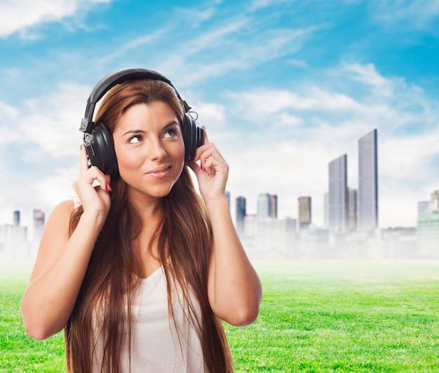 Donna che ascolta musica in cuffia