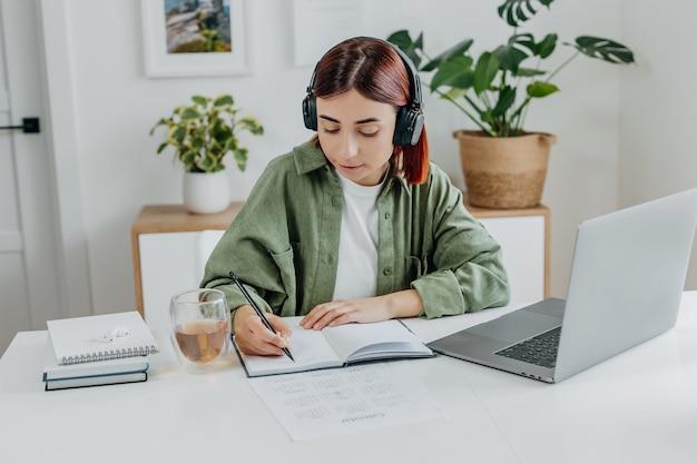 Женщина слушает музыку с беспроводными наушниками молодой студент отдыхает во время обучения