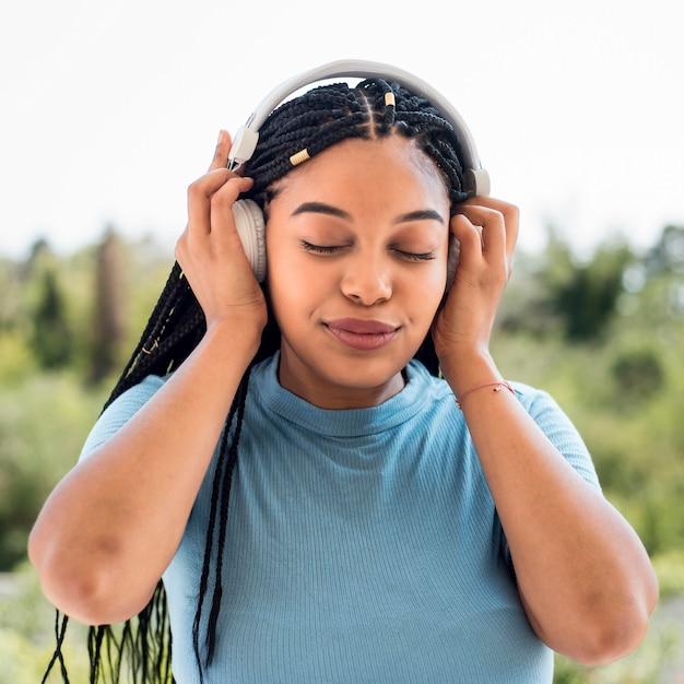 Женщина, слушающая музыку
