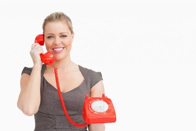 여자는 전화에서 사람을 듣고