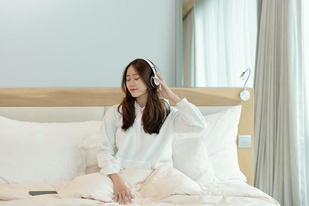 好きな音楽を聴いている女性
