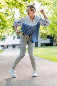音楽を聴くと、ロングショットを踊る女性